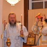 Дискос со святыми мощами обносится вокруг престола