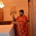 Отец Радован Марик поставляет семисвещник на престол
