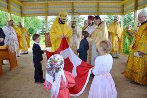Вручение епископу Антонию флага Канады - подарка от детей Патриарших приходов