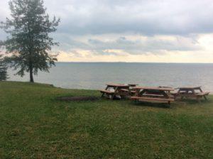 Место вечернего костра на берегу озера